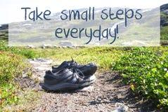 Τα παπούτσια στην πορεία οδοιπορίας, λαμβάνουν τα μικρά μέτρα καθημερινά στοκ φωτογραφία