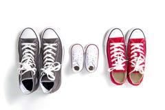 Τα παπούτσια στον πατέρα μεγάλο, το μέσο μητέρων και το γιο ή το μικρό μέγεθος παιδιών κορών στην οικογένεια αγαπούν την έννοια στοκ εικόνες με δικαίωμα ελεύθερης χρήσης