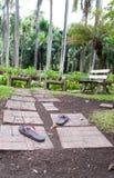 Τα παπούτσια στο τούβλο περιπάτων στο πάρκο Στοκ φωτογραφία με δικαίωμα ελεύθερης χρήσης