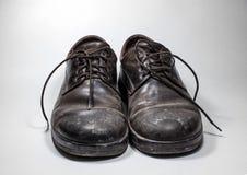 Τα παπούτσια των βρώμικων ατόμων που ψεκάζονται με ασπρίζουν Στοκ Φωτογραφίες