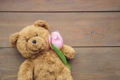 Τα παραδοσιακά αντικείμενα για την ημέρα μητέρων ` s στο ξύλινο υπόβαθρο teddy αντέχουν με την τουλίπα Στοκ Φωτογραφία