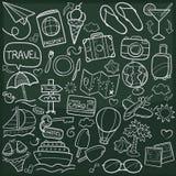Τα παραδοσιακά εικονίδια Doodle τουρισμού οικογένειας και φίλων ταξιδιού σκιαγραφούν το χέρι - γίνοντα διάνυσμα σχεδίου ελεύθερη απεικόνιση δικαιώματος