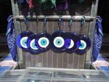Τα παραδοσιακά ελληνικά μπλε κακά μάτια από το γυαλί σε ένα αναμνηστικ στοκ εικόνες