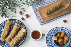 Τα παραδοσιακά ελληνικά τρόφιμα, πρόχειρο φαγητό, επίπεδο βάζουν με το baklava πιάτων στοκ εικόνα με δικαίωμα ελεύθερης χρήσης