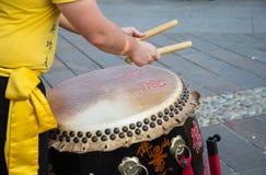 Τα παραδοσιακά ιαπωνικά παρουσιάζουν με την απόδοση τυμπανιστών Στοκ Εικόνα