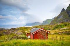 Τα παραδοσιακά κόκκινα σπίτια στρατοπέδευσης με μια όμορφη θάλασσα βλέπουν δίπλα στο χωριό Α μέσα, Νορβηγία Στοκ φωτογραφίες με δικαίωμα ελεύθερης χρήσης