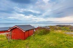 Τα παραδοσιακά κόκκινα σπίτια στρατοπέδευσης με μια όμορφη θάλασσα βλέπουν δίπλα στο χωριό Α μέσα, Νορβηγία Στοκ φωτογραφία με δικαίωμα ελεύθερης χρήσης
