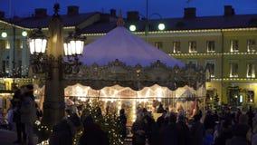 Τα παραδοσιακά παιδιά ` s οδηγούν το ιπποδρόμιο στην αγορά διακοπών Χριστουγέννων στη Σύγκλητο τετραγωνικό Ελσίνκι, Φινλανδία φιλμ μικρού μήκους