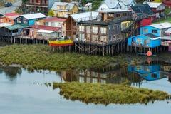 Τα παραδοσιακά σπίτια ξυλοποδάρων ξέρουν ως palafitos στην πόλη Castro στο νησί Chiloe στη Χιλή στοκ φωτογραφίες με δικαίωμα ελεύθερης χρήσης