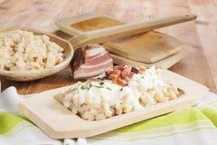 Τα παραδοσιακά σλοβάκικα που τρώνε, bryndzove halusky στοκ εικόνες