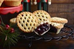 Τα παραδοσιακά φρούτα Χριστουγέννων κομματιάζουν τις πίτες Στοκ Εικόνες