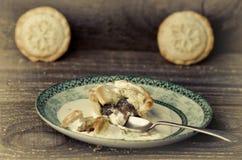 Τα παραδοσιακά Χριστούγεννα κομματιάζουν τις πίτες στο πιάτο, ξύλινος πίνακας στοκ φωτογραφία με δικαίωμα ελεύθερης χρήσης