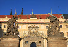 Τα παλαιά αγάλματα διακοσμούν τη δυτική πύλη στο Κάστρο της Πράγας, τσεχικά σχετικά με Στοκ Εικόνα