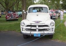 Τα παλαιά αυτοκίνητα Iola παρουσιάζουν στο φορτηγό μπροστινή άποψη Στοκ Εικόνες