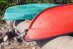 Τα παλαιά ζωηρόχρωμα rowboats βάζουν στην ακτή στοκ εικόνα με δικαίωμα ελεύθερης χρήσης