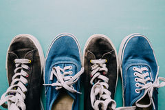Τα παλαιά πάνινα παπούτσια, επίπεδα βάζουν Στοκ εικόνα με δικαίωμα ελεύθερης χρήσης