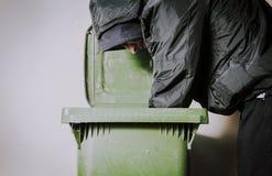 Τα πεινασμένα άστεγα ναρκωτικά και το οινόπνευμα ατόμων εθίζουν μόνος και καταθλιπτικός στην κρύα οδό αισθαμένος τα ανήσυχα και μ στοκ φωτογραφία με δικαίωμα ελεύθερης χρήσης