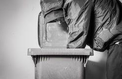 Τα πεινασμένα άστεγα ναρκωτικά και το οινόπνευμα ατόμων εθίζουν μόνος και καταθλιπτικός στην κρύα οδό αισθαμένος την ανήσυχη και  στοκ φωτογραφίες