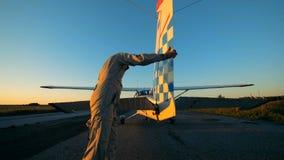 Τα πειραματικά μέρη ελέγχου ενός ελαφριού ιδιωτικού αεροπλάνου, κλείνουν επάνω μικρός απόθεμα βίντεο