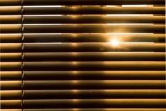 Τα περάσματα ήλιων μέσω των τυφλών Στοκ εικόνες με δικαίωμα ελεύθερης χρήσης