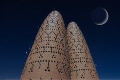 Τα περιστέρια που κάθονται στους πόλους των πύργων πουλιών στο πολιτιστικό χωριό Katara, Doha, Κατάρ Στοκ Εικόνα