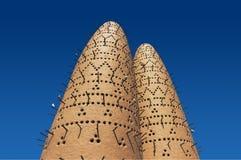 Τα περιστέρια που κάθονται στους πόλους των πύργων πουλιών στο πολιτιστικό χωριό Katara, Doha, Κατάρ Στοκ Φωτογραφία