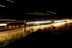 Τα περνώντας φω'τα των αυτοκινήτων και των φορτηγών τη νύχτα Στοκ εικόνες με δικαίωμα ελεύθερης χρήσης