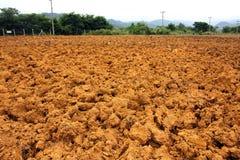 τα πεδία αργίλου γεωργίας όργωσαν το κόκκινο χώμα στοκ εικόνα με δικαίωμα ελεύθερης χρήσης