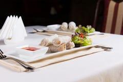 Τα πιάτα της άνοιξης κυλούν τα ορεκτικά στον πίνακα Στοκ εικόνες με δικαίωμα ελεύθερης χρήσης
