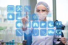 Τα πιέζοντας κουμπιά γιατρών γυναικών με τα διάφορα ιατρικά εικονίδια διανυσματική απεικόνιση
