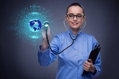 Τα πιέζοντας κουμπιά γιατρών γυναικών με τα διάφορα ιατρικά εικονίδια Στοκ φωτογραφίες με δικαίωμα ελεύθερης χρήσης