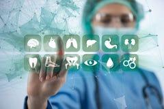 Τα πιέζοντας κουμπιά γιατρών γυναικών με τα διάφορα ιατρικά εικονίδια ελεύθερη απεικόνιση δικαιώματος