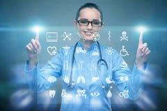 Τα πιέζοντας κουμπιά γιατρών γυναικών με τα διάφορα ιατρικά εικονίδια Στοκ φωτογραφία με δικαίωμα ελεύθερης χρήσης