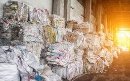 Τα πιεσμένα σκουπίδια για την περαιτέρω επεξεργασία, την ταξινόμηση και την επεξεργασία των απορριμάτων, πίεσαν rubbisch, ήλιος στοκ φωτογραφίες με δικαίωμα ελεύθερης χρήσης