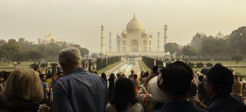 Τα πλήθη συλλέγουν σε Taj Mahal στην ανατολή Στοκ φωτογραφία με δικαίωμα ελεύθερης χρήσης