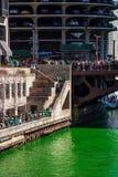 Τα πλήθη συλλέγουν στη γέφυρα και τα σκαλοπάτια της οδού Dearborn πέρα από έναν βαμμένο πράσινο ποταμό του Σικάγου στοκ φωτογραφία με δικαίωμα ελεύθερης χρήσης