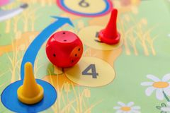 Τα πλαστικά τσιπ χωρίζουν σε τετράγωνα και επιτραπέζια παιχνίδια για τα παιδιά στοκ εικόνα με δικαίωμα ελεύθερης χρήσης