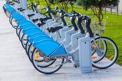 Τα ποδήλατα για το μίσθωμα σταθμεύουν δημόσια στοκ φωτογραφίες με δικαίωμα ελεύθερης χρήσης