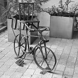 Τα ποδήλατα είναι χειροποίητα ποδήλατο παλαιό στοκ εικόνα