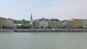Τα πολυ χρωματισμένα ευρωπαϊκά κτήρια ύφους είναι στο ανάχωμα του ποταμού στη θερινή ημέρα φιλμ μικρού μήκους