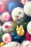 Τα πολύχρωμα παιχνίδια Χριστουγέννων, κατασκευασμένες σφαίρες βρίσκονται σε ένα ανοικτό κιβώτιο, επίδραση του instagram Στοκ Εικόνα