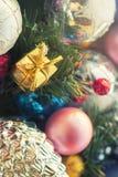 Τα πολύχρωμα παιχνίδια Χριστουγέννων, κατασκευασμένες σφαίρες βρίσκονται σε ένα ανοικτό κιβώτιο, επίδραση του instagram Στοκ εικόνα με δικαίωμα ελεύθερης χρήσης