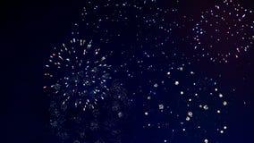 Τα πολύχρωμα πυροτεχνήματα εκρήγνυνται στον ουρανό έννοια καλή χρονιά απόθεμα βίντεο