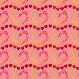 Τα πολύχρωμα σημεία που διαμορφώνουν μια καρδιά διαμορφώνουν και γραμμές μικρών κόκκινων καρδιών, ένα άνευ ραφής ρομαντικό σχέδιο ελεύθερη απεικόνιση δικαιώματος