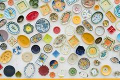 Τα πορτογαλικά, ζωηρόχρωμα διακοσμημένα πιάτα στον τοίχο Στοκ Εικόνες