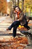 τα πορτοκάλια πτώσης σταθμεύουν τις νεολαίες γυναικών στοκ φωτογραφίες με δικαίωμα ελεύθερης χρήσης