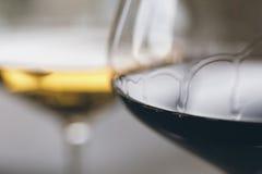 Τα ποτήρια του κόκκινου και άσπρου κρασιού κλείνουν επάνω Στοκ Φωτογραφίες