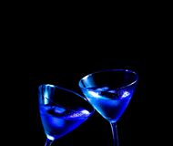 Τα ποτήρια του φρέσκου μπλε κοκτέιλ με τον πάγο κάνουν τις ευθυμίες Στοκ Φωτογραφίες