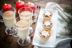 Τα ποτήρια eggnog με κομματιάζουν τις πίτες Στοκ Εικόνα