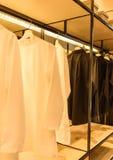 Τα πουκάμισα κρεμούν στα ενδύματα Στοκ φωτογραφίες με δικαίωμα ελεύθερης χρήσης
